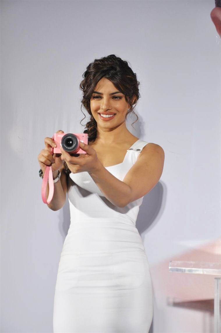 wdknfbkqvk2bgx5x-d-0-priyanka-chopra-cheking-out-the-cameras-at-the-launch-of-nikon-1-series-in-mumbai-2