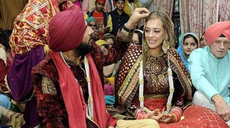 Yuvraj Singh and Hazel Keech at the Sikh wedding ceremony at Baba Ram Singh Ganduan Wale's dera in Duffera. (Source: Instagram/btowncelebrities)