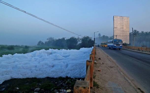 bengaluru froth, bengaluru foam, bengaluru pollution, bengaluru water pollution, varthur lake, belandur lake, bengaluru news, bangalore forth