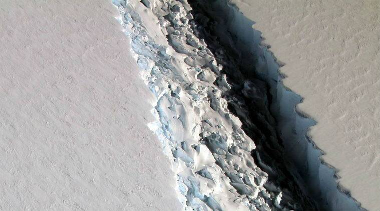 Enormous rift in Antarctica ice shelf