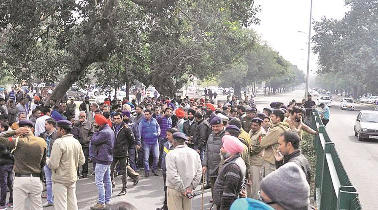 chandigarh, second car dealers, second car dealers protest, madhya marg traffic blocked, chandigarh news, indian express news