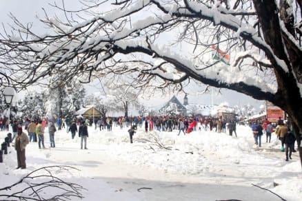 shimla, shimla snowfall, snowfall in shimla, himachal pradesh snowfall, shimla parwanoo national highway, snowfall in north india, first snow of 2017, shimla snowfall damage, shimla ISBT bus, shimla news, weather news, delhi, chandigarh, himachal news, north india weather news