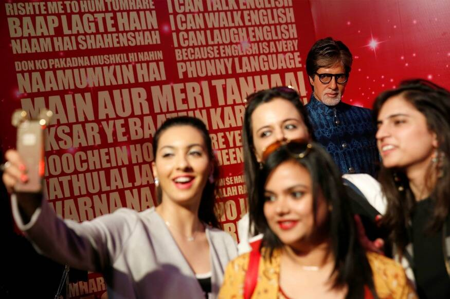 fans-click-selfie-with-amitabh-bachchan-wax-work
