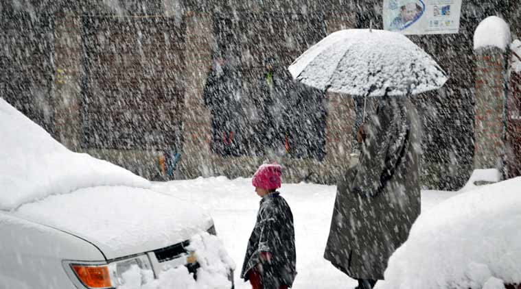 Srinagar weather, J&K weather reports, Srinagar flights cancelled, Srinagar flights, Srinagar airport, Srinagar temperature, snowfall in valley, Srinagar current situation, indian express news