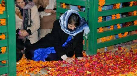 Mehbooba Mufti offers prayers at father's grave on his first deathanniversary