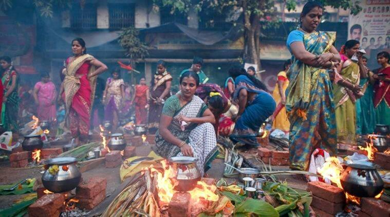 Devotees prepare ritual rice dishes to offer to the Hindu Sun God as they attend Pongal celebrations at a slum in Mumbai January 15, 2015. REUTERS/Danish Siddiqui (INDIA - Tags: SOCIETY RELIGION)
