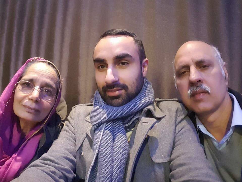 Sidhu with his parents. (Source: Manjinder Singh Sidhu/ Facebook)