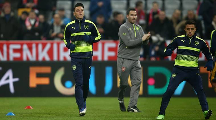 Football Soccer - Bayern Munich v Arsenal - UEFA Champions League Round of 16 First Leg - Allianz Arena, Munich, Germany - 15/2/17 Arsenal's Mesut Ozil and Alexis Sanchez warm up before the match Reuters / Michael Dalder Livepic