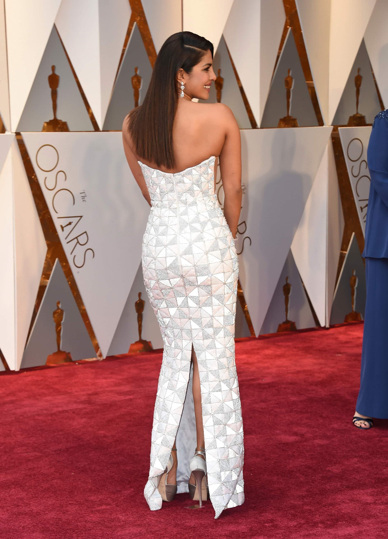 Priyanka Chopra looked absolute stunner at Oscars 2017 and I cant stop adoring her 1