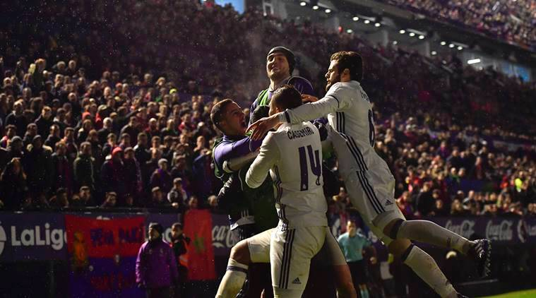 Real Madrid's Isco, cerebrates his goal with teammates after scoring against Osasuna. Feb.11, 2017. (AP Photo/Alvaro Barrientos)