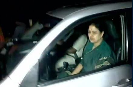 VK Sasikala leaves Kuvathur's Golden Bay resort.