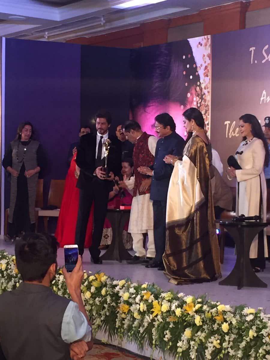Shah Rukh Khan, Yash Chopra Award, Yash Chopra Award 2017, srk Yash Chopra Award, srk, srk rekha, rekha, Shah Rukh Khan award