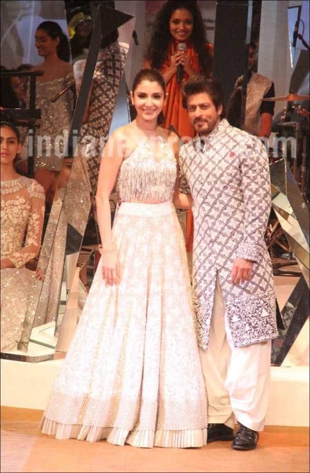 Shah Rukh Khan, Anushka Sharma, SRK anushka, Mijwan 2017, Mijwan, Mijwan srk anushka, Shah Rukh Khan ramp walk, Anushka rampwalk