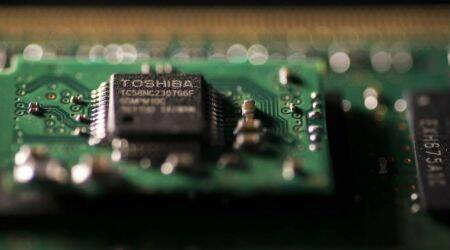 Apple considers helping Toshiba with chip unit investment