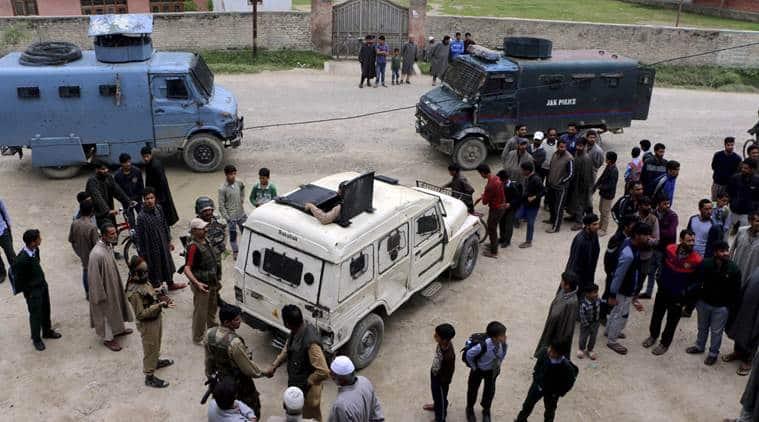 Kashmir bank robbery, Kashmir militant attack, militant attacks in kashmir, kashmir militants, kashmir militans rob banks, hizbul mujahideen, lashkar-e-taiba, Kashmir valley, bank robberies by militants, kashmir militant violence, kashmir news, militant attack news, militants arrested, india news, indian express, latest news