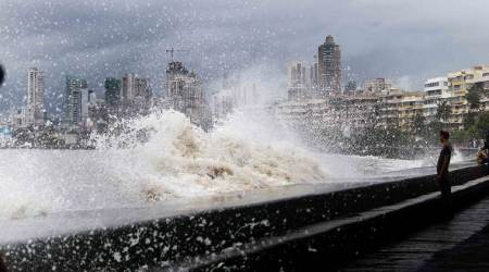 Mumbai: Girl washed away in high tide at Marine Drive