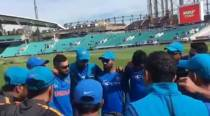 Dhoni continues with the pep talk in team huddle, watch