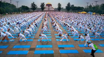 Record 10,000 people participate in final yoga event in China