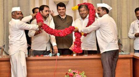 Maharashtra: Puntamba farmers felicitate CM Fadnavis for Rs 34,000 cr farm loan waiver