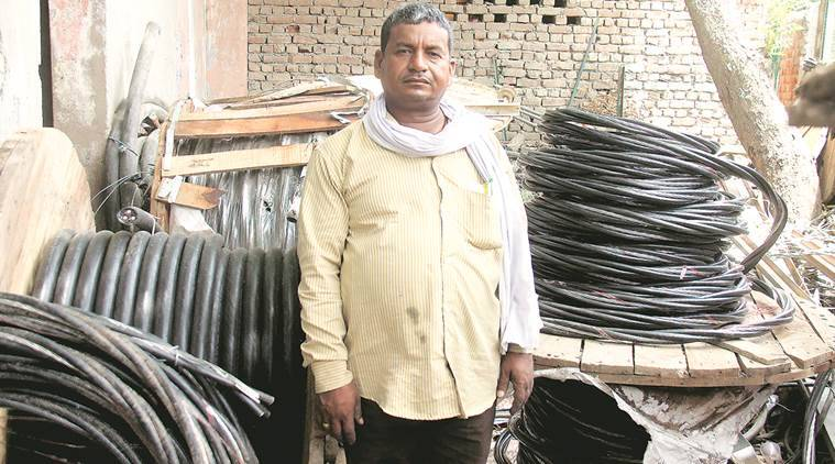 gurgaon lineman, devendra kumar, gurgaon civil lines, electrocution,haryana electricity board, power cut, faulty wires