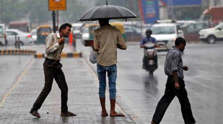 Delhiites wake up to a humid morning; light rains expected