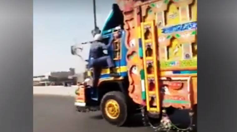 pakistani traffic officer fights truck driver, pakistani traffic warden fights speeding truck driver, brave pakistani traffic officer video viral, indian express, indian express news