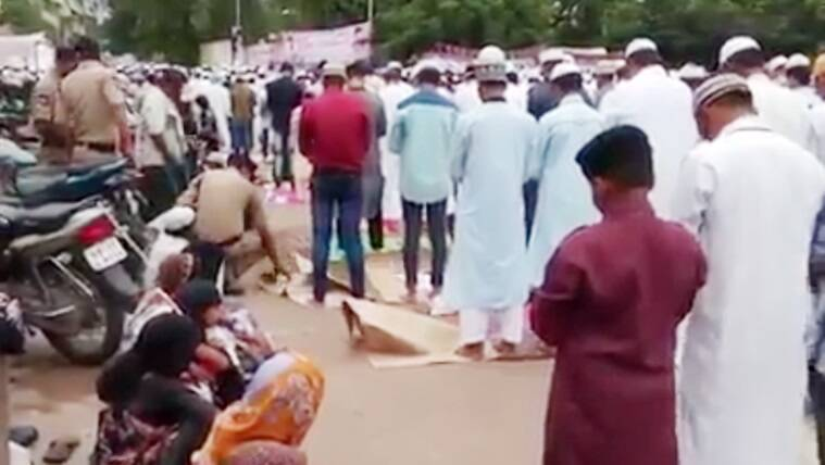 eid namaz, eid namaz police video, policemen helping muslims offer namaz, eid 2017, eid al fitr namaz video, indian express, indian express news
