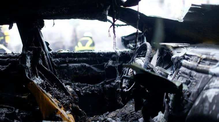 Delhi car fire, car catches fire, Moolchand Flyover, Defense Colony, Delhi news, Indian Express News