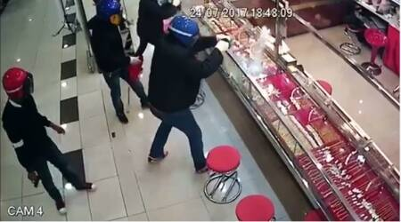 WATCH: Thieves FAIL MISERABLY at trying to rob jewellery store
