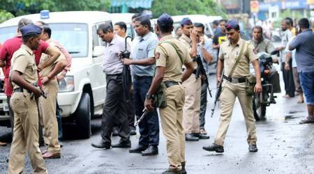 Hunt on for 2 who 'posed as cops, kidnapped 4 outside court'