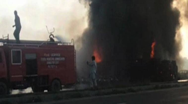 pakistan fire, oil tanker fire, pakistan oil tanker fire, bahawalpur fire, Bahawalpur oild tanker, Bahawalpur, pakistan news, indian express, pakistan oil tanker accident
