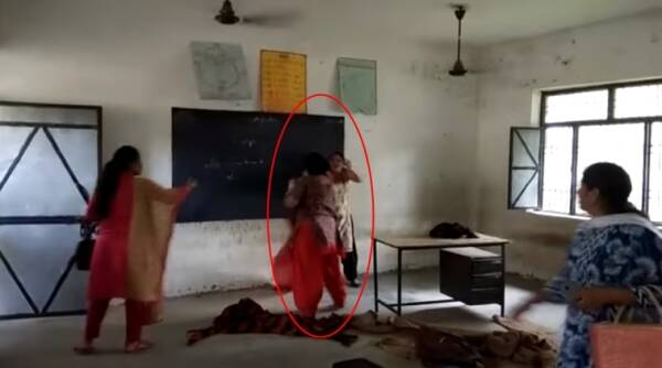 teachers fighting, teachers fighting in Punjab, principal and science reacher fighting, teachers fughting caught on camera, indian express, indan express news