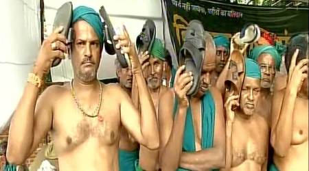 Tamil Nadu farmers at Jantar Mantar beat themselves with slippers, say 'we are worse thanbeggars'