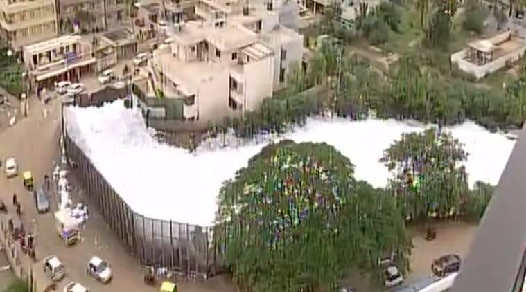 bangalore lake toxic foam, bengaluru lake, bengaluru lake foam, bellandur lake, foam from bangalore lake, bengaluru lake toxic foam, indian express, bengaluru news, siddarmaiah, karnataka