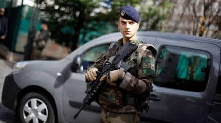 Manhunt after Paris car ramming of anti-terrorsoldiers