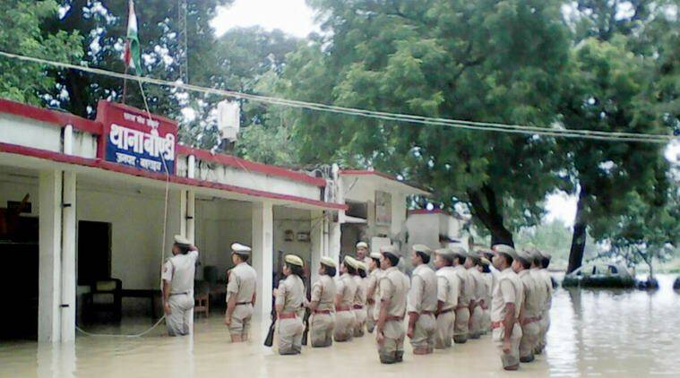 police in water independence day, up police independence day viral photo, independence day photos, indian express, indian express news