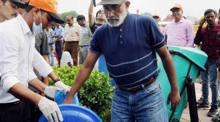 Tourism minister finds no garbage at India Gate, picks some trash with ownhands