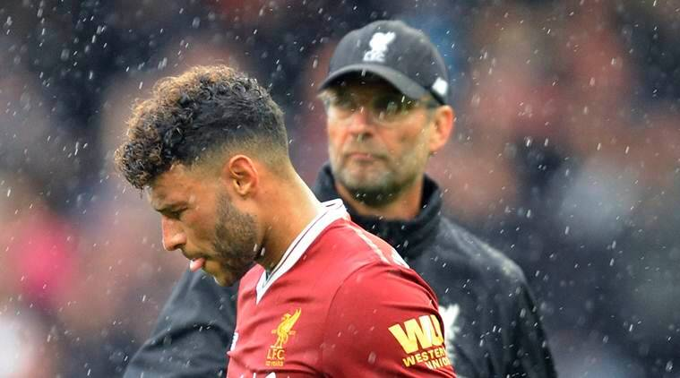 Liverpool's coach Jurgen Klopp and player Alex Oxlade Chamberlain during the match between Manchester City and Liverpool
