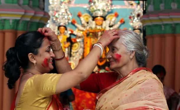sindoor khela, durga puja, durga puja 2017, navratri, dussehra, durga puja celebrations in kolkata, vijayadashami, indian express, indian express news