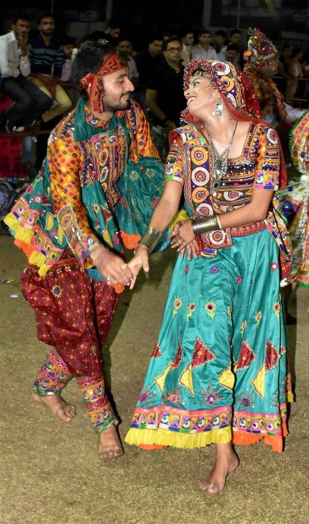 Garba, Dandiya, Garba night, Navratri, Maha Saptami, Saptami, Saptami Durga puja, Saptami Durga Pujo, durga puja, Navaratri 2017, Celebrating Navratri, festival of Navratri, people visiting temples on navratri, Indian express, Indian express news