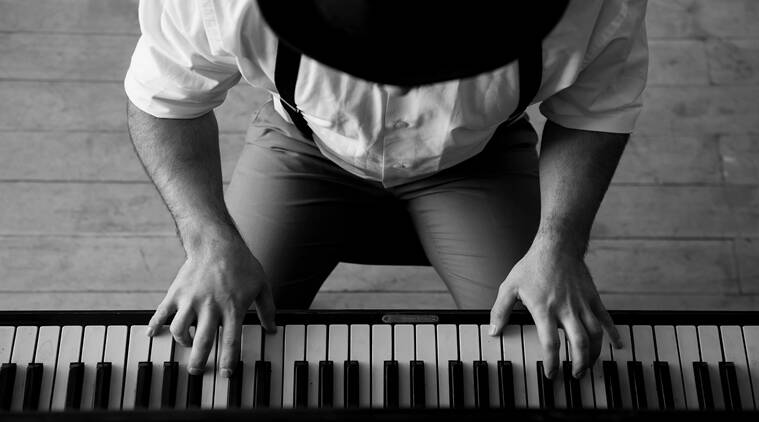 man plays piano, man tries to win lover back, twitter reactions, bizarre acts by lovers, indian express, indian express news