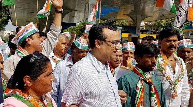 Petrol price, petrol price rise, diesel price, delhi petrol protest, congress petrol protest, ajay maken, congress, delhi
