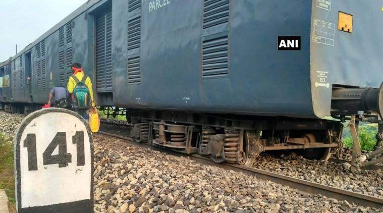 train derailed, kolkata puri express, dhauli express, derailment, train accident, kolkata news, puri news, indian express