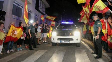 Spain targets polling stations as Catalan referendumnears