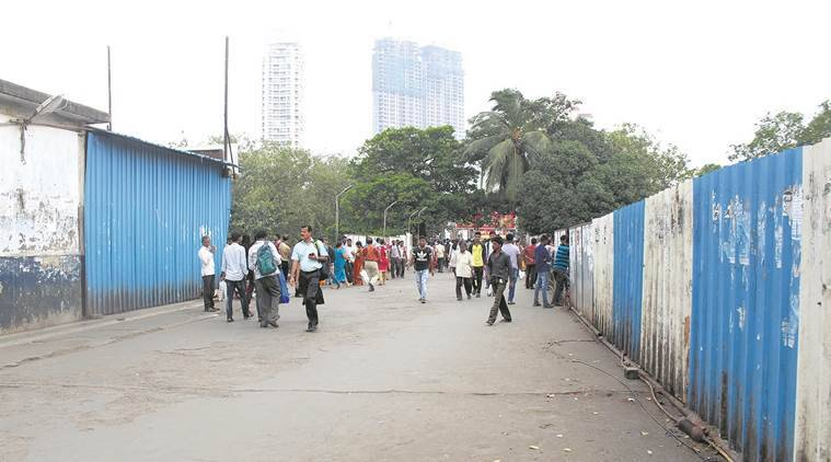 mumbai railway station, hawker removal, bmc, town vending committee, mns worker remove hawkers, indian express