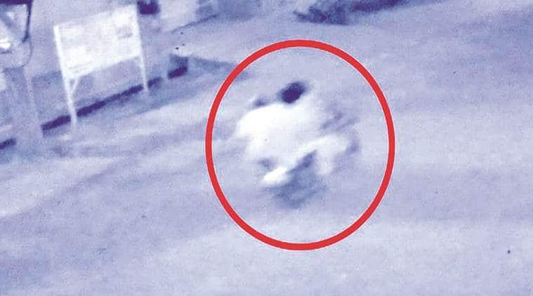 chain snatchers on bike, dda gardens, 63 yr old man runs after thiefs, delhi news, indian express