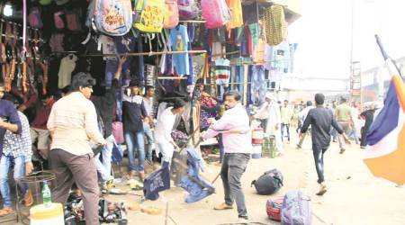 mumbai hawker attack, mumbai Illegal hawkers eviction, mumbai railway station, mns worker remove roadside stalls, maharashtra navnirman sena, raj thackeray, thane, kalyan, dombivali station, mumbai news, indian express