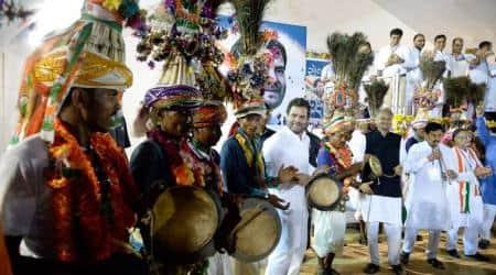 Rahul Gandhi in Gujarat, Rahul Gandhi tribal dance, rahul gandhi tribal dance photos, rahul gandhi in bodeli, Rahul Gandhi Gujarat visit, Rahul Gandhi news, indian express news