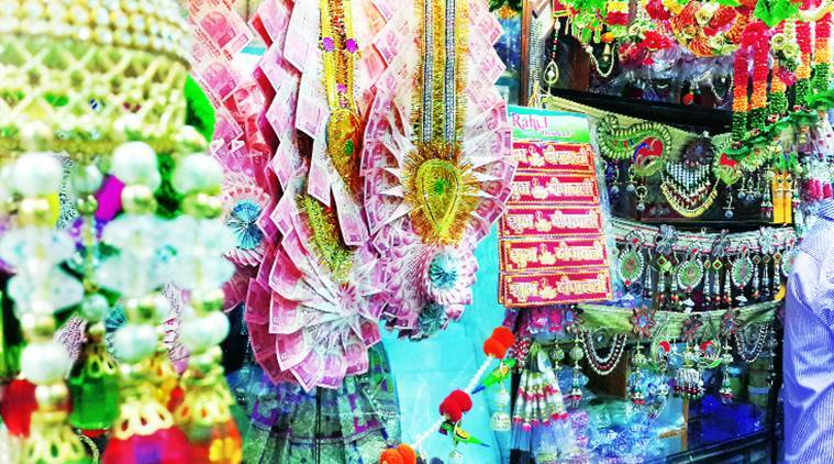 diwali, money garlands, garlands of money, Kinari Bazaar, wedding season, demonetisation, garland of money notes
