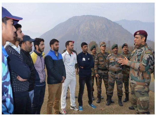 MS Dhoni in Kashmir with cricketers